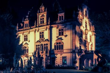 Badenweiler Kunstpalais bei Nacht.