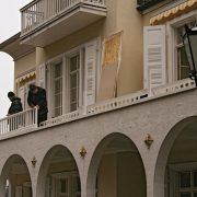 Der Balkon wird wieder angebracht.